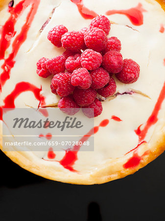 New York Cheesecake with raspberry sauce and raspberries Stock Photo - Premium Royalty-Free, Image code: 659-07028048