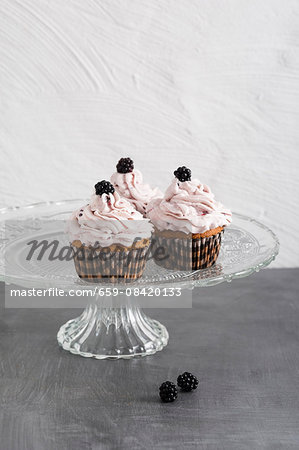 Cupcakes with blackberries and blackberry cream Stock Photo - Premium Royalty-Free, Image code: 659-08420133