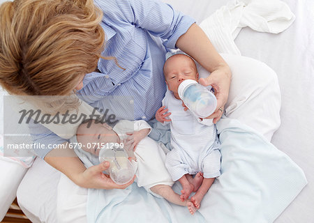 Mother feeding two week old fraternal twins. Stock Photo - Premium Royalty-Free, Image code: 679-07151299