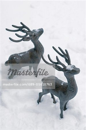 Two deer figurines in snow Stock Photo - Premium Royalty-Free, Image code: 689-05610763