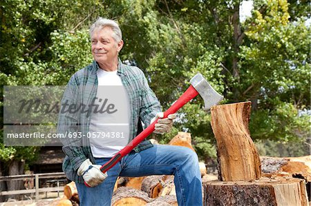 Senior lumber jack holding an axe and looking away Stock Photo - Premium Royalty-Free, Image code: 693-05794381
