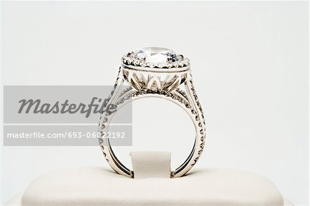 Platinum ring with 5 carat centre diamond surrounded by full cut 0.80 carat diamonds Stock Photo - Premium Royalty-Free, Image code: 693-06022192
