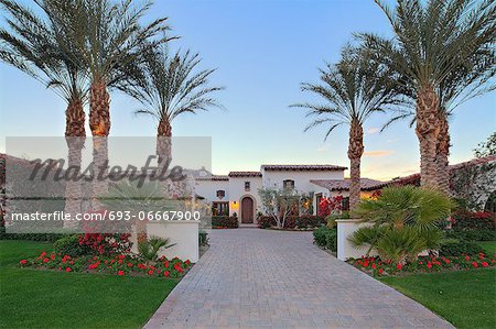 Front entrance façade of luxury villa Stock Photo - Premium Royalty-Free, Image code: 693-06667900