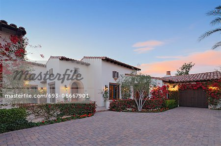 Front entrance façade of luxury villa Stock Photo - Premium Royalty-Free, Image code: 693-06667901