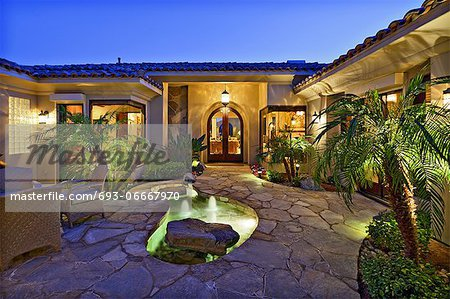 Villa Court yard with fountains Stock Photo - Premium Royalty-Free, Image code: 693-06667970