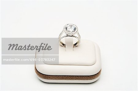 Platinum ring with 5 carat centre diamond surrounded by full cut 0.80 carat diamonds Stock Photo - Premium Royalty-Free, Image code: 694-03783247