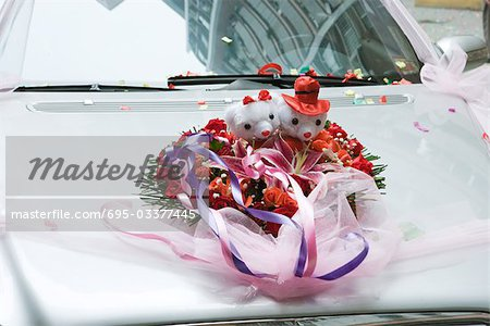 Wedding decorations on hood of car Stock Photo - Premium Royalty-Free, Image code: 695-03377445