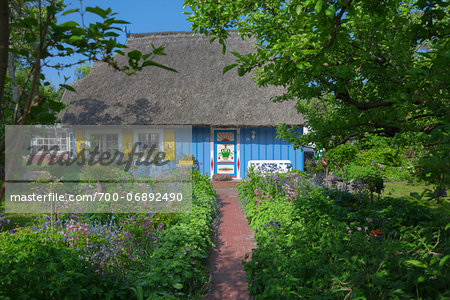 Traditional house with thatched roof and garden in Zingst, Fischland-Darss-Zingst, Coast of the Baltic Sea, Mecklenburg-Western Pomerania, Germany, Europe Stock Photo - Rights-Managed, Image code: 700-06892490