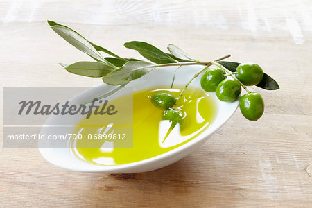 close-up of small bowl with olive oil, olive twig and fresh olives Stock Photo - Rights-Managed, Image code: 700-06899812