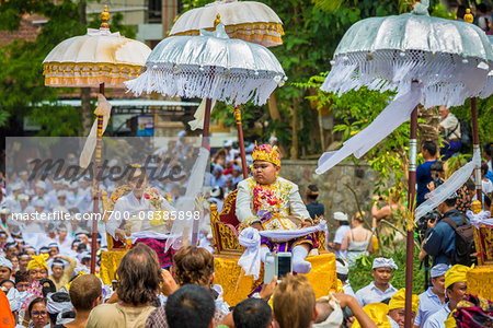 People being carried in raised chairs in pararde at a cremation ceremony for a high priest in Ubud, Bali, Indonesia Stock Photo - Rights-Managed, Image code: 700-08385898