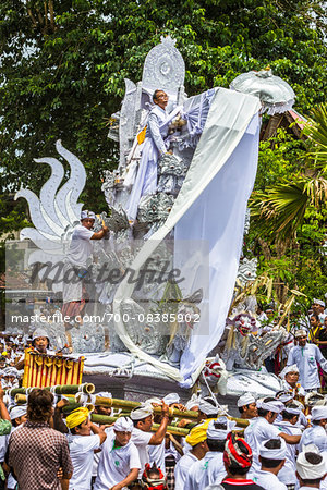 People carrying an elaborate parade float at a cremation ceremony for a high priest in Ubud, Bali, Indonesia Stock Photo - Rights-Managed, Image code: 700-08385902