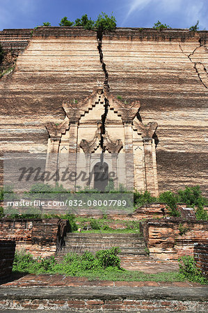Huge cracks cut through the brick facade of the unfinished Mingun Pagoda that was destroyed by an earthquake; Mandalay, Burma Stock Photo - Rights-Managed, Image code: 832-08007789