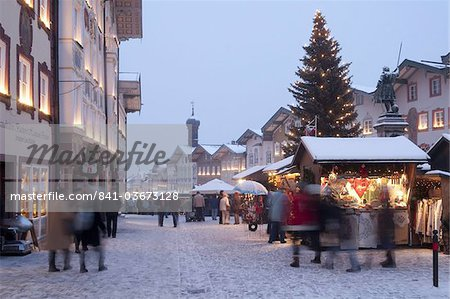 Christmas Market, Christmas tree with stalls and people at Marktstrasse at twilight in the spa town of Bad Tolz, Bavaria, Germany, Europe Stock Photo - Rights-Managed, Image code: 841-03673128