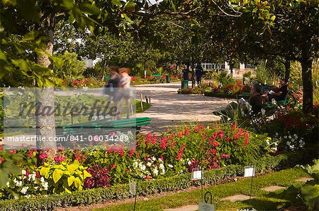 People walking through the Jardins Botanique (Botanical Gardens), Tours, Indre et Loire, Centre, France, Europe Stock Photo - Rights-Managed, Image code: 841-06034289
