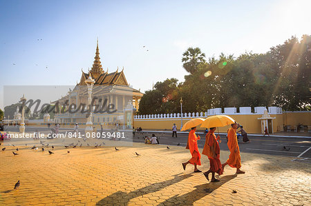 Buddhist monks at a square in front of the Royal Palace, Phnom Penh, Cambodia, Indochina, Southeast Asia, Asia Stock Photo - Rights-Managed, Image code: 841-08059481