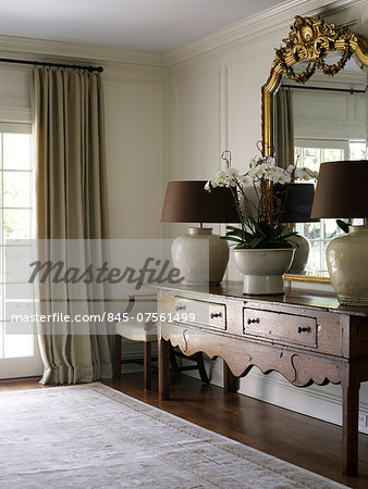 Antique console with gilded mirror and matching lamps in Shelley Morris Designed Colonial style residence in New Canaan, Connecticut, USA Stock Photo - Rights-Managed, Image code: 845-07561499