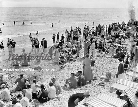 1930s CROWD OF PEOPLE SOME FULLY CLOTHED OTHERS IN BATHING SUITS ON PALM BEACH IN FLORIDA USA Stock Photo - Rights-Managed, Image code: 846-02792128