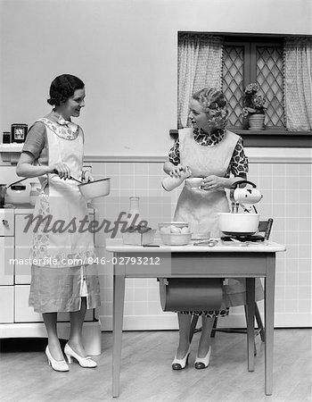 1920s WOMEN IN KITCHEN COOKING