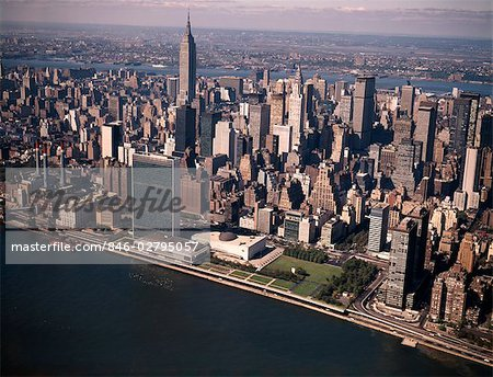 1970s AERIAL VIEW MIDTOWN MANHATTAN LOOKING WEST FROM ABOVE EAST RIVER TO UNITED NATIONS EMPIRE STATE BUILDING Stock Photo - Rights-Managed, Image code: 846-02795057