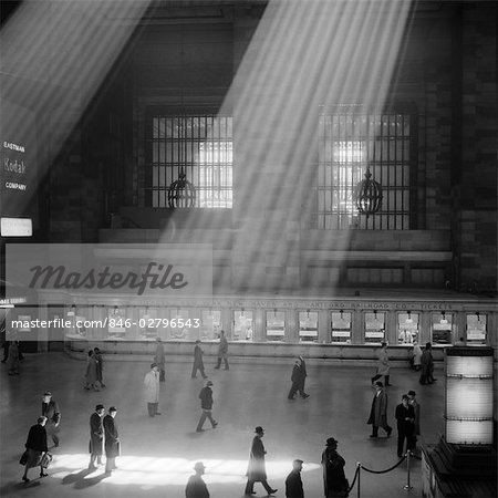 1960s CROWD WALKING PAST THE SUNBEAMS COMING THROUGH THE MAGNIFICENT DRAMATIC POETIC CAVERNOUS ATRIUM OF GRAND CENTRAL STATION NEW YORK CITY USA Stock Photo - Rights-Managed, Image code: 846-02796543