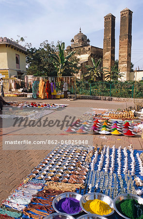 India, Madhya Pradesh, Orchha, view of bazaar with Sawar Bhado pillars in the background. Stock Photo - Rights-Managed, Image code: 862-06825848