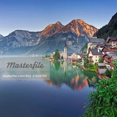 Austria, Osterreich. Upper Austria, Oberosterreich. Hallstattersee lake. Hallstatt.