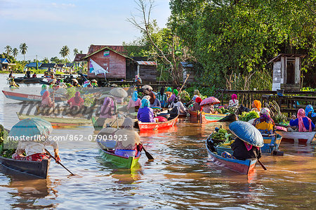 Indonesia, South Kalimatan, Lok Baintan. A picturesque floating market scene on the Barito River. Stock Photo - Rights-Managed, Image code: 862-07909923