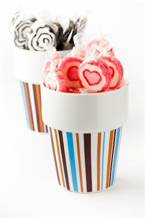 red circle lollipop - Pink and black lollipops in coffee cups. On white. Stock Photo - Budget Royalty-Free & Subscription, Code: 400-04230492