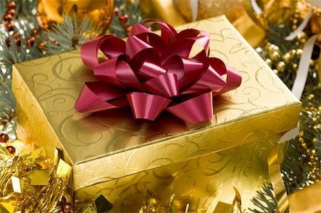 simsearch:400-05749231,k - Christmas gift surrounded by golden tinsel Stock Photo - Budget Royalty-Free & Subscription, Code: 400-04387983
