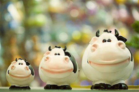 simsearch:400-05749231,k - Image of three fat toy cows standing in line on shop window Stock Photo - Budget Royalty-Free & Subscription, Code: 400-04549501