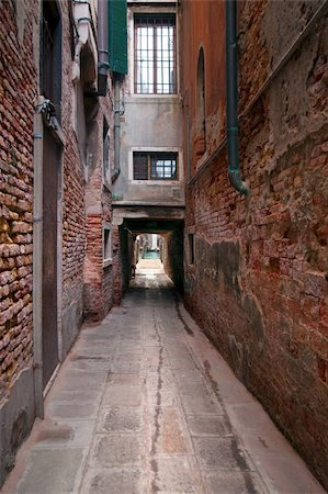 Narrow street in Venice, Italy, ending at a getty in a canal Stock Photo - Budget Royalty-Free & Subscription, Code: 400-05881758