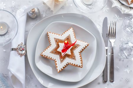 Plate for Christmas evening decorated with small present and gingerbread cookie Stock Photo - Budget Royalty-Free & Subscription, Code: 400-06416325