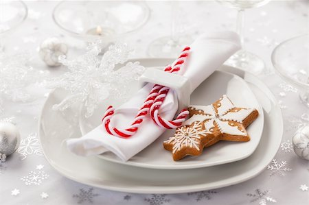 Place setting in white for Christmas with gingerbread cookie and candy cane Stock Photo - Budget Royalty-Free & Subscription, Code: 400-06457287