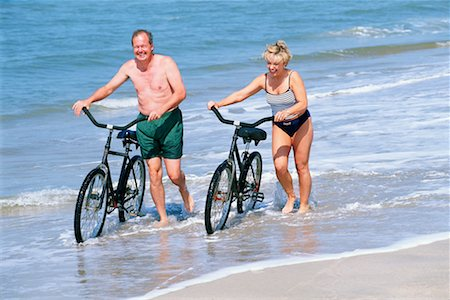 Couple with bicycles on beach Stock Photo - Premium Royalty-Free, Code: 604-00230721