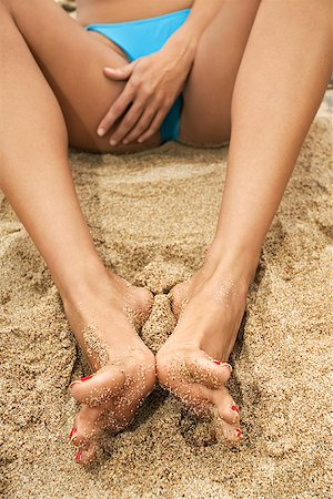 foot model - Woman sitting on a beach/ Stock Photo - Premium Royalty-Free, Code: 604-00755026
