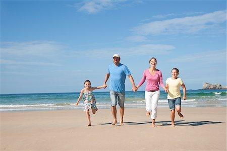 Family on Beach, Camaret-sur-Mer, Finistere, Bretagne, France Stock Photo - Premium Royalty-Free, Code: 600-05389179
