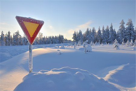 Yield Sign in Snow, Kuusamo, Northern Ostrobothnia, Finland Stock Photo - Premium Royalty-Free, Code: 600-05610046