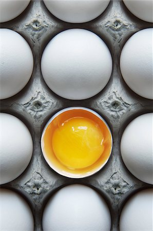Eggs in Carton with One Broken Shell Stock Photo - Premium Royalty-Free, Code: 600-05803156