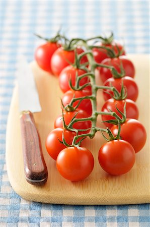 Tomatoes on Cutting Board Stock Photo - Premium Royalty-Free, Code: 600-06025240