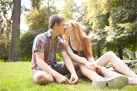 Young Couple Sitting on the Ground and Kissing in Park on a Summer Day, Portland, Oregon, USA Stock Photo - Premium Royalty-Free, Code: 600-06531620