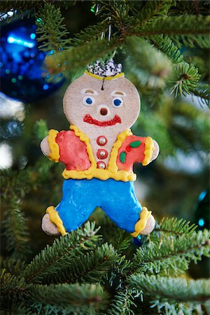 gingerbread man decorated with icing hanging on a pine tree as a Christmas ornament decoration, Canada Stock Photo - Premium Royalty-Free, Code: 600-06532004