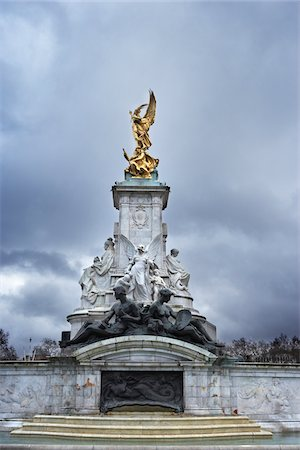 The Victoria Memorial is a sculpture in London, placed at the centre of Queen's Gardens in front of Buckingham Palace and dedicated to Queen Victoria, England. Stock Photo - Premium Royalty-Free, Code: 600-06702076