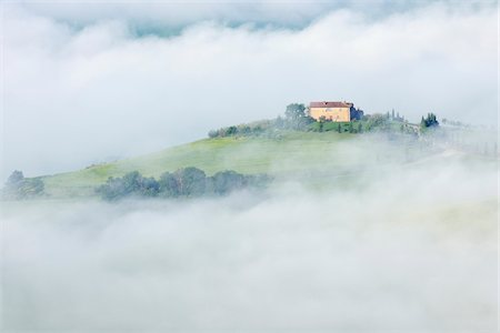 Typical Tuscany landscape with farm in morning with fog near Pienza. Pienza, Siena district, Tuscany, Toscana, Italy. Fotografie stock - Premium Royalty-Free, Codice: 600-06732597