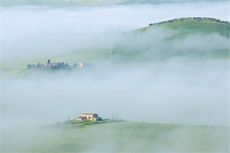 Typical Tuscany landscape with farm in morning with fog near Pienza. Pienza, Siena district, Tuscany, Toscana, Italy. Fotografie stock - Premium Royalty-Free, Codice: 600-06732599