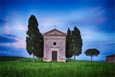 Chapel of Vitaleta with Cypress Trees at dusk after sunset. Chapel of Vitaleta, Val d´Orcia, Siena Province, Tuscany, Italy. Fotografie stock - Premium Royalty-Free, Codice: 600-06732607