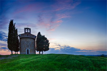 Chapel of Vitaleta with Cypress Trees at dusk after sunset. Chapel of Vitaleta, Val d'Orcia, Siena Province, Tuscany, Italy. Fotografie stock - Premium Royalty-Free, Codice: 600-06732608