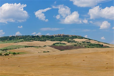 Harvested Wheat Fields with Pienza in Background, Val d Orcia, Siena Province, Tuscany, Italy Fotografie stock - Premium Royalty-Free, Codice: 600-06758329