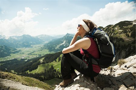 Mature woman sitting on cliff, hiking in mountains, Tannheim Valley, Austria Foto de stock - Sin royalties Premium, Código: 600-06826344