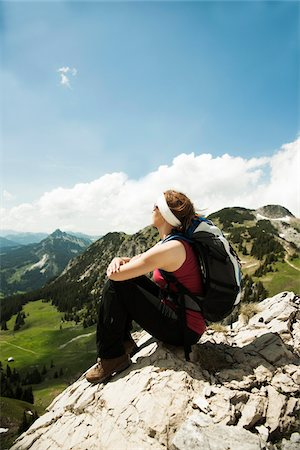 Mature woman sitting on cliff, hiking in mountains, Tannheim Valley, Austria Foto de stock - Sin royalties Premium, Código: 600-06826343