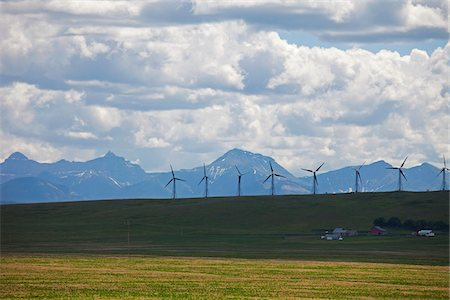 Wind generators in field, mountain range in background, Montana, USA Photographie de stock - Premium Libres de Droits, Code: 600-06847376